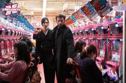 Mariko e Logan fogem da máfia numa loja de... videogames?