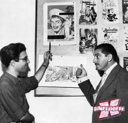 O desenhista Jayme Cortez (à esq.) mostra sua arte a Mazzaropi