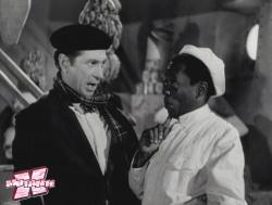 Oscarito (esq.) e Grande Otelo (dir.), numa cena de um de seus sucessos do cinema.