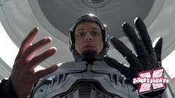 Explosão só deixou uma mão, a cabeça e os pulmões (que estão dentro da armadura. Ou você queria vê-los expostos?)