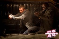 Lewis (direita) é responsável pela melhor piada do filme, depois de ver seu parceiro Murphy (esq.) na moderna armadura.