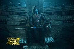 Do alto de seu trono, Ronan comemora a realeza dos filmes da Marvel.