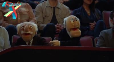 Statler e Waldorf continuam resmungando, agora na plateia.