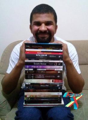 Davi Paiva, organizador da antologia Poderes, exibe suas obras já publicadas (Foto: Arquivo Pessoal)